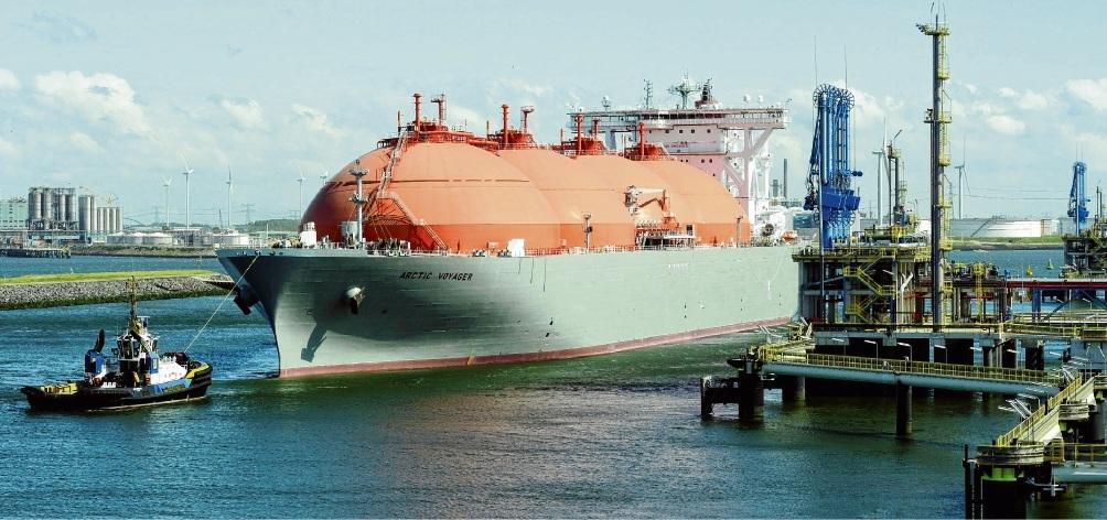 Vorbild Rotterdam: Wie hier in der niederländischen Hafenstadt soll für Flüssiggas-Tanker künftig auch in Brunsbüttel, Stade, Wilhelmshaven oder Rostock ein Entlade-Terminal entstehen.Lex van Lieshout / dpa