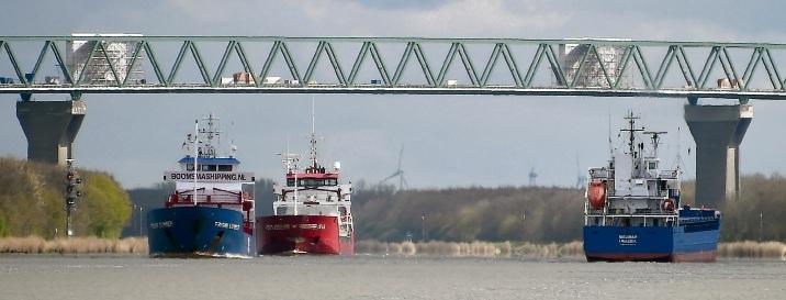 Schiffe auf dem Nord-Ostsee-Kanal passieren die Hochbrücke Brunsbüttel –  sie ist mit mehr als 2800 Metern die längste  über den Kanal.dpa