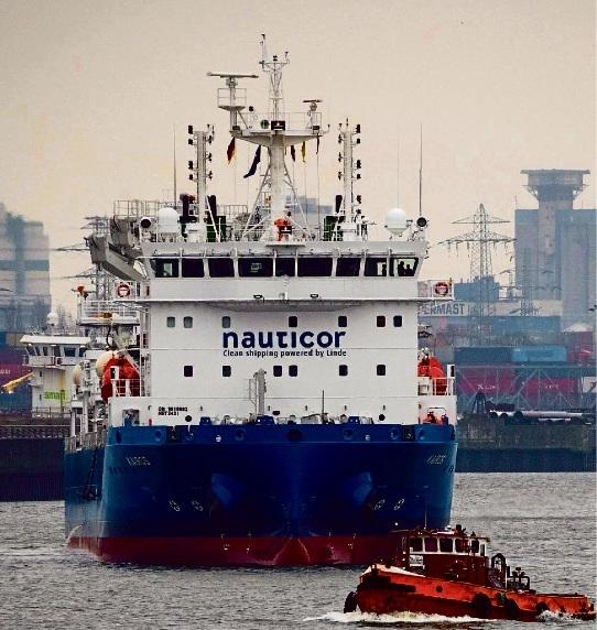 """Immerhin war  sie  schon mal da, die """"Kairos"""": Im  Februar wurde das weltweit größte Tankschiff für verflüssigtes Erdgas in Hamburg getauft. Die """"Kairos""""  fährt für die Hamburger Firma Nauticor  und kann 7500 Kubikmeter LNG laden. Christian Charisius/dpa"""