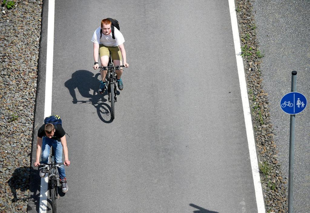 Die beiden Radfahrer kommen auf der vier Meter                 breiten Asphaltpiste voran. Rechts daneben und durch                 einen kleinen Streifen getrennt: der zwei Meter breite                 Fußgängerweg. <b>Kerstin Kokoska</b>