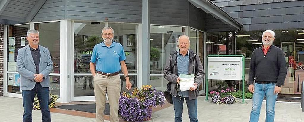 Übergaben die Unterschriften: Michael Mayer (Die Grünen), Wolfgang Riemer (Nabu), Helmuth Koopmann (Nabu), und Martin Vollmer (Die Grünen, Imker) BILD: privat