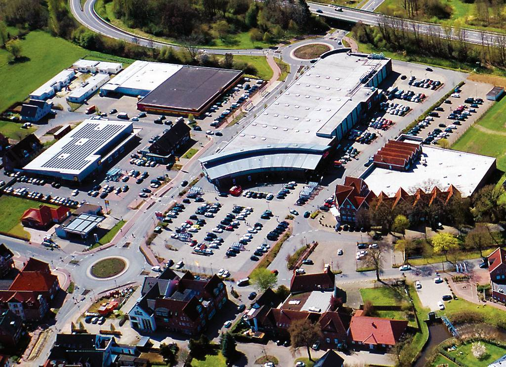 Das Einkaufszentrum am alten Hafen in Friesoythe: Hier findet man Geschäfte wie Lidl, Famila, Deichmann, Müller, C&A und Ernstings Family. BILD: Schiwyair Luftbildaufnahmen