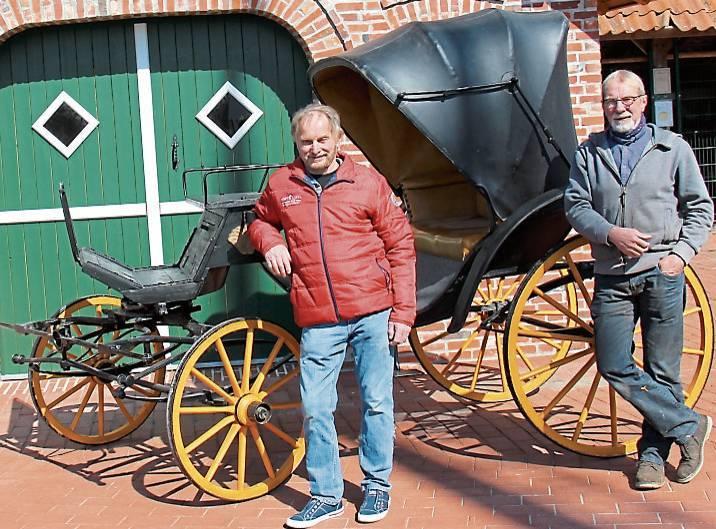 Tischlermeister Hans Deeken (v.l.) stiftete die Viktoria-Kutsche, Hans Luker reparierte  sie. BILD: Anni Knipper