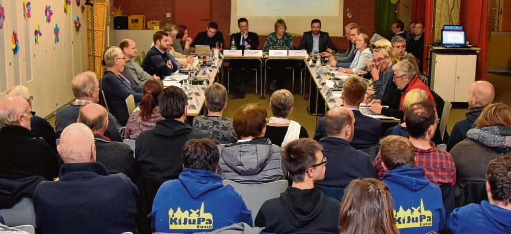 Schulthemen diskutierte der Ausschuss diesmal passenderweise in der Mensa der Grundschule an der Blauen Lehmkuhle.ask