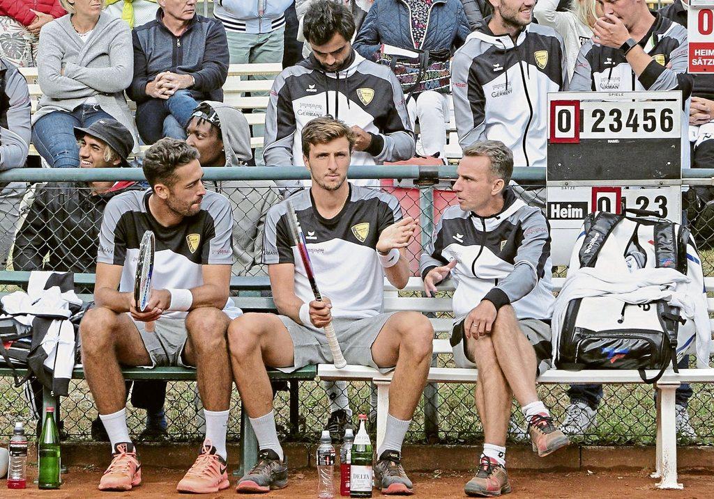Auf David Pel (vorne links) und Arthur Rinderknech (Mitte) setzt Trainer Marius Kur (vorne rechts) auch in der zweiten Bundesligaspielzeit der Tennisherren des TuS Sennelager. Rinderknech gewann in der  vergangenen Woche erstmals ein Challenger-Turnier.  Foto: Agentur Klick Auf David Pel (vorne links) und Arthur Rinderknech (Mitte) setzt Trainer Marius Kur (vorne rechts) auch in der zweiten Bundesligaspielzeit der Tennisherren des TuS Sennelager. Rinderknech gewann in der  vergangenen Woche erstmals ein Challenger-Turnier.  Foto: Agentur Klick