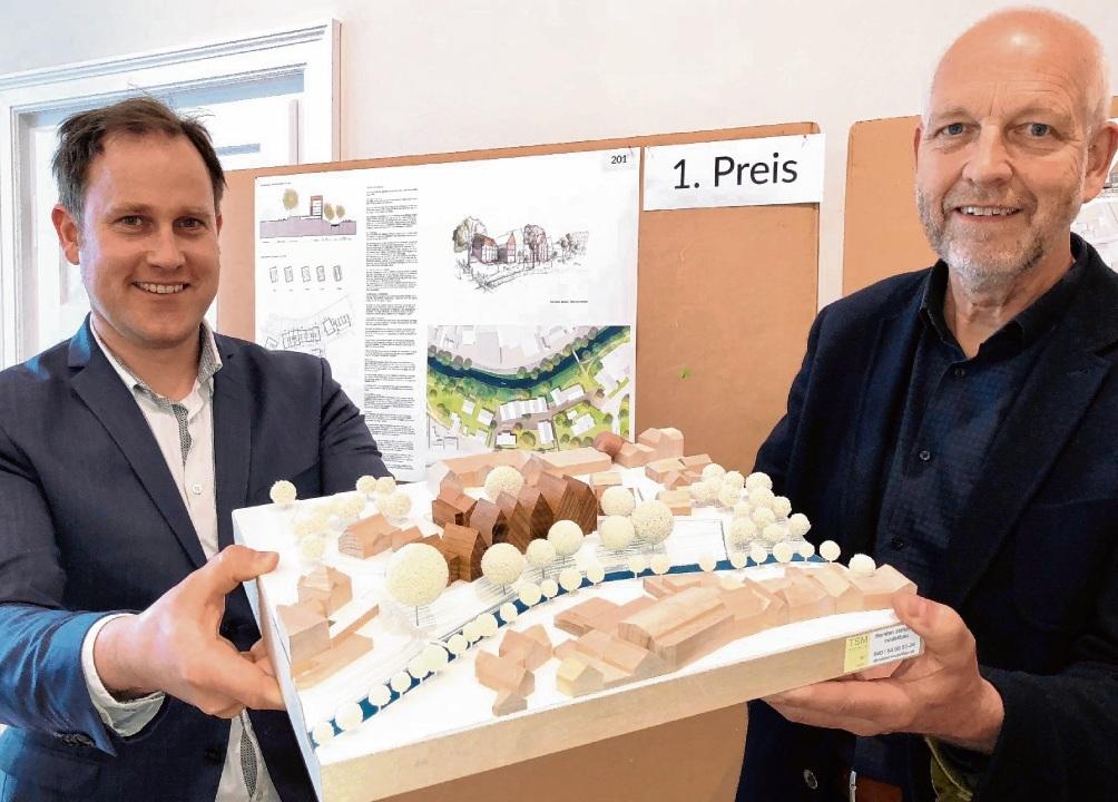 Das Gewinnermodell: Thilo Scheuber (li) und Klaus Petersen präsentieren die Häuserzeile. Olbertz