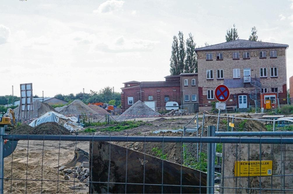 Wie es mit den alten Gebäuden auf dem  Privatgrundstück neben dem Neubaugebiet weitergeht, ist unklar.Nie