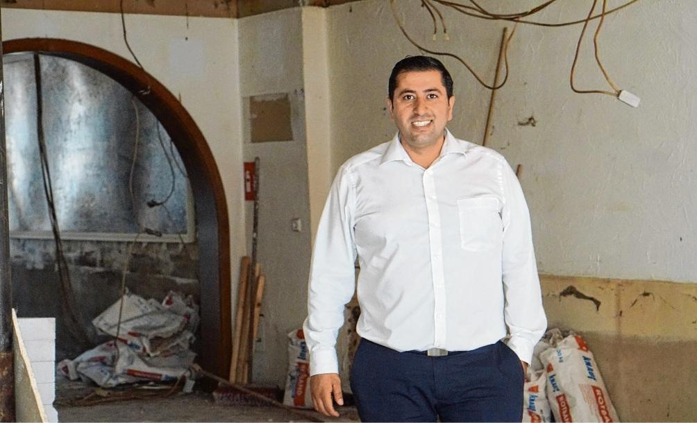 """""""Hier ist echt noch eine Menge zu tun"""":  Neubesitzer Alessio Zagari  in der Oldesloer Kneipe """"Zur Mühle"""", die aktuell komplett saniert und umgestaltet wird. Nie"""
