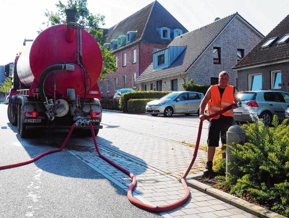 Bauhofmitarbeiter Marcel Albrecht wässert in der Bangertstraße die jungen Kirschbäume. Der 40-Tonner fasst 20000 Liter Wasser.