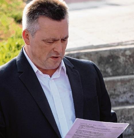 Bürgermeister Jörg Lembke liest die Forderungen der Anwohner.
