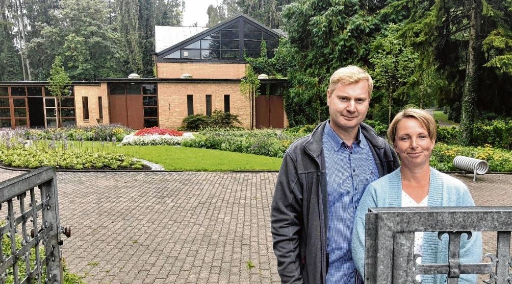 Neue Blütenpracht: Jörg und Claudia Lelke präsentieren den von ihnen neu gestalteten Eingangsbereich des Friedhofs. Olbertz