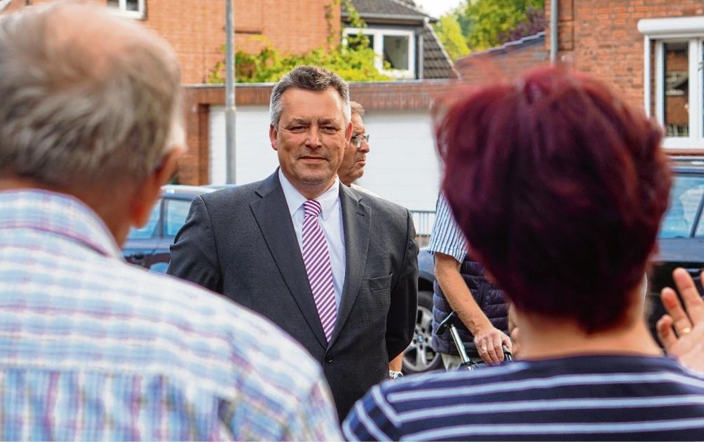 Bürgermeister Jörg Lembke im Gespräch mit Bürgern. Niemeier