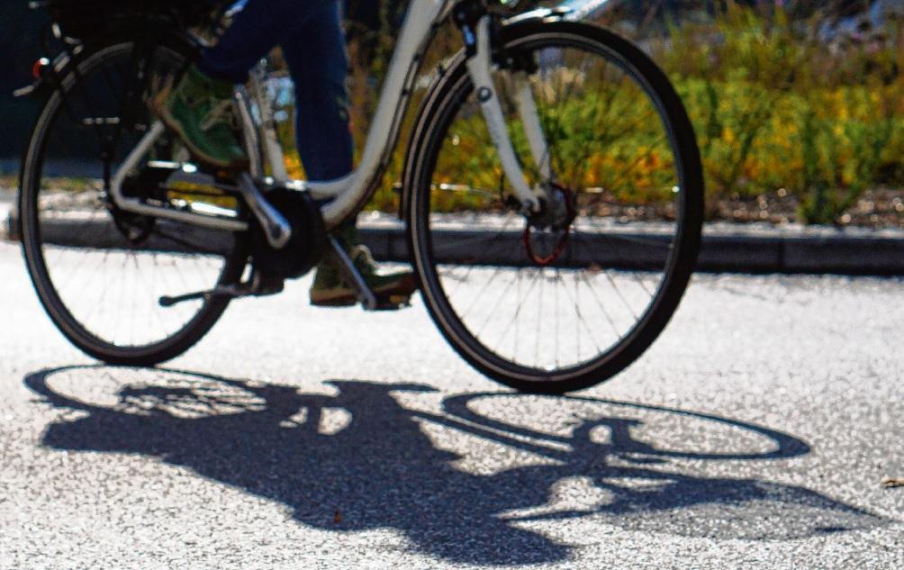 Radfahrerin im Bad Oldesloer Kurpark-Kreisel.Nie