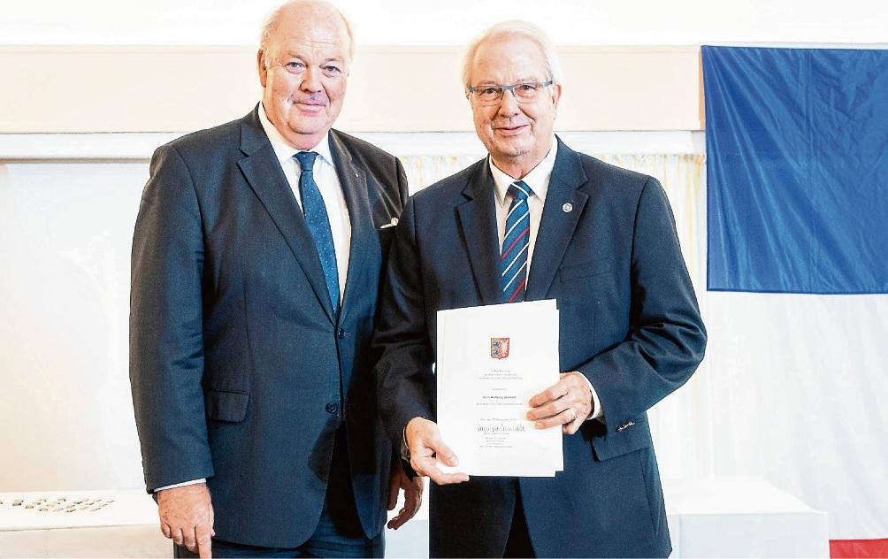 Innenminister Hans-Joachim Grote ehrt den Oldesloer Kommunalpolitiker Wolfgang Gerstand. Innenmininsterium SH