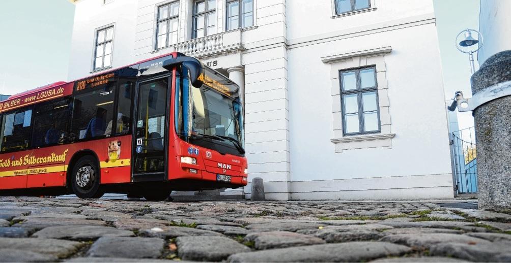 Ein Bild, das bald der Vergangenheit angehören soll: Das Kopfsteinpflaster vor  dem Rathaus stört nicht nur die Busfahrer. nie