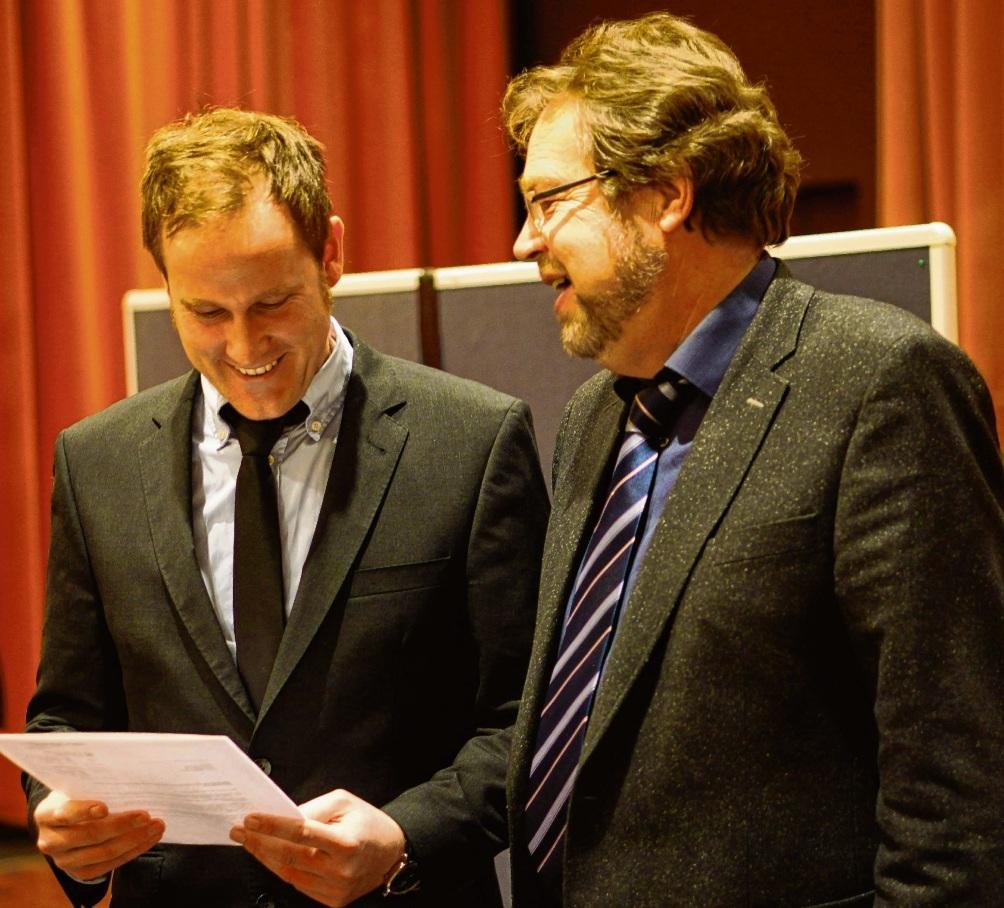Fünf Jahre her:  Thilo Scheuber (links) bei seiner Ernennung zum Oldesloer Bauamtsleiter mit dem   damaligen Bürgermeister Tassilo von Bary am 16. Dezember 2013. nie