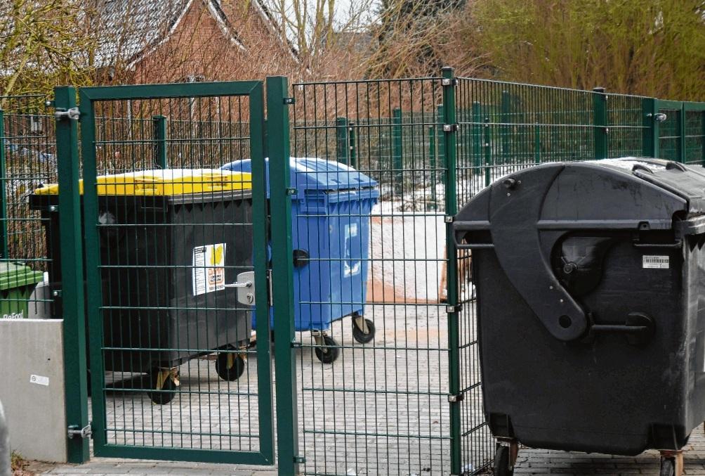 Dieser Zaun um einen Müllplatz kostete 13600 Euro.Nie