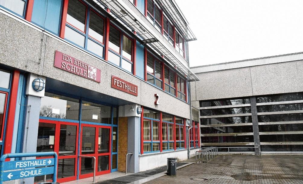 Noch gibt es einen gemeinsamen Eingang von Ida-Ehre-Schule und Festhalle. Patrick Niemeier