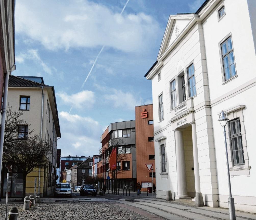 Der Bereich vor dem Rathaus soll abgesehen vom ÖPNV für den Durchgangsverkehr in Zukunft gesperrt werden. Nie