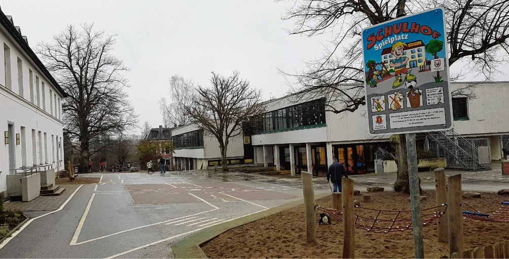 Etwas trist und nur teilweise pädagogisch sinnvoll nutzbar:  Der Schulhof der Stadtschule hinter der Stadtbibliothek. Niemeier