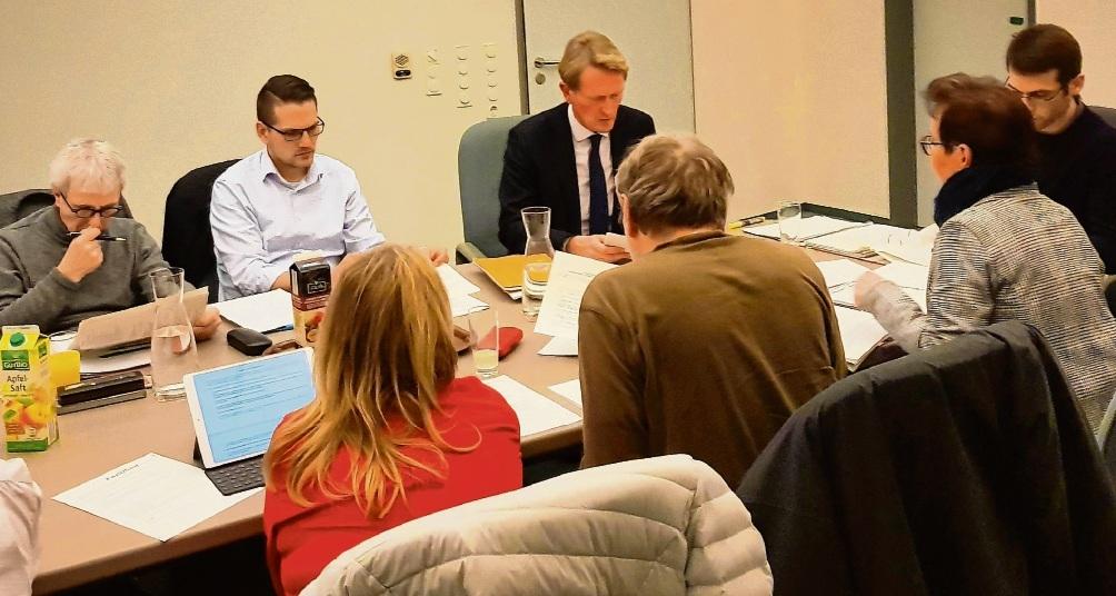 Der Hauptausschuss diskutierte mit Hauptamtsleiter Malte Schaarmann (3.v.l). Niemeier