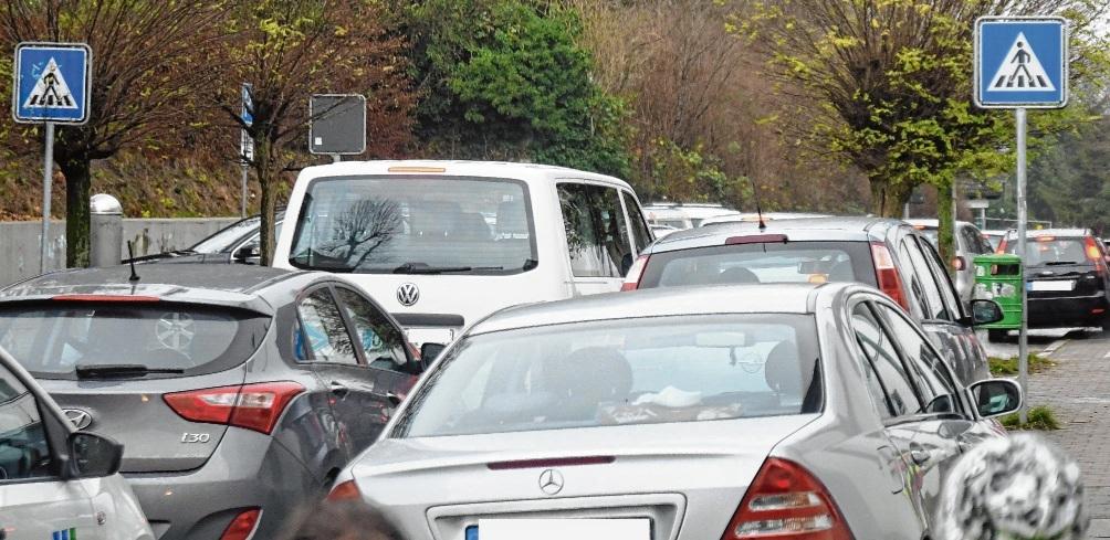 Verkehrschaos nach Unterrichtsschluss:  Vor der Stadtschule staut es sich, weil Eltern illegal parken oder anhalten. nie