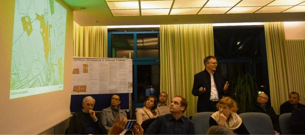 Gerd Kruse (stehend) stellte die Planungsideen vor. Nie