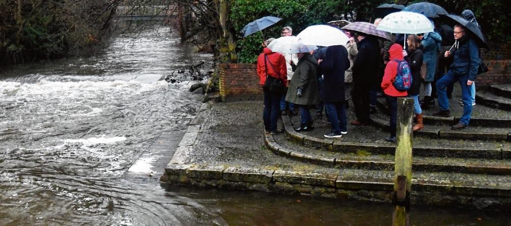 Ortstermin im Regen: Umweltausschuss und Planer trafen sich mit Bürgern  an der Hude.Nie