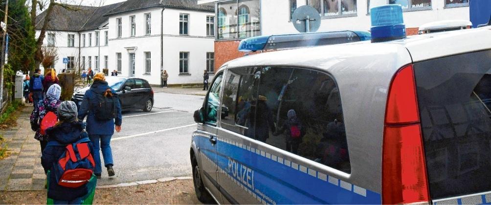 Polizei und Ordnungsamt warteten an der Königstraße, doch der Pkw-Verkehr war deutlich geringer als sonst.Niemeier