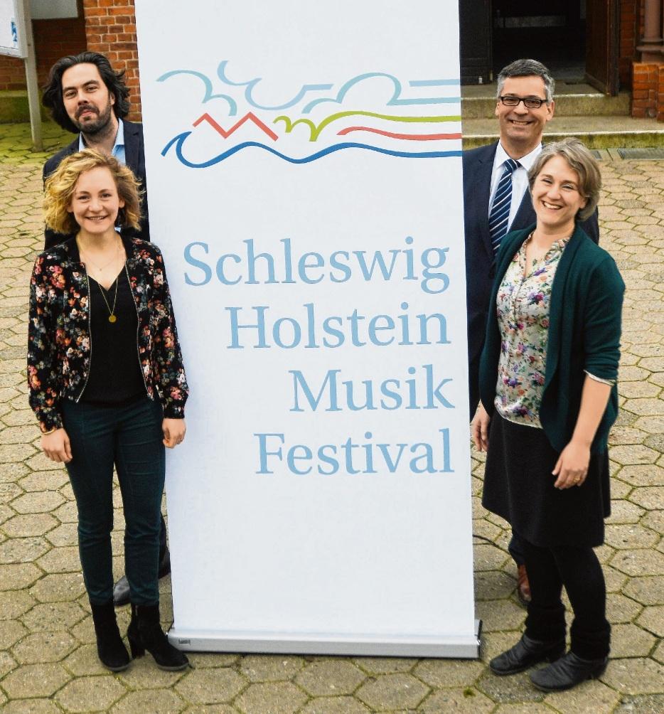 Grenzen zwischen Organisatoren und Fans verschwimmen beim SHMF: Jens Boddin (hinten links), Oliver Ruddigkeit (Sparkasse Holstein), Marlene Brüggen und Inken Kautter. nie