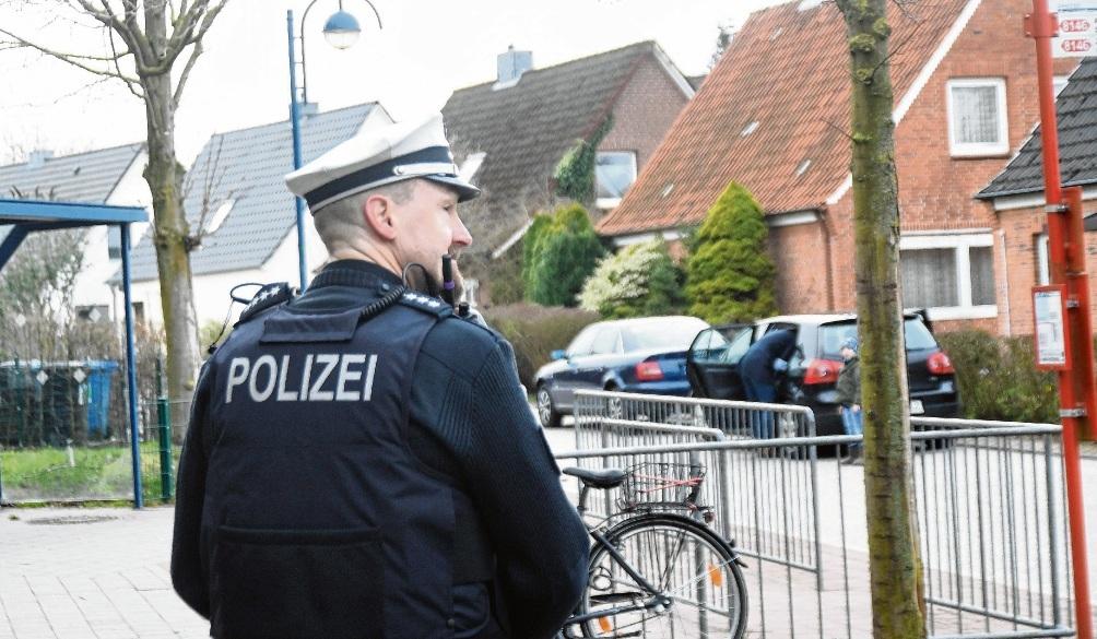 Polizeipräsenz an der Klaus-Groth-Schule.nie