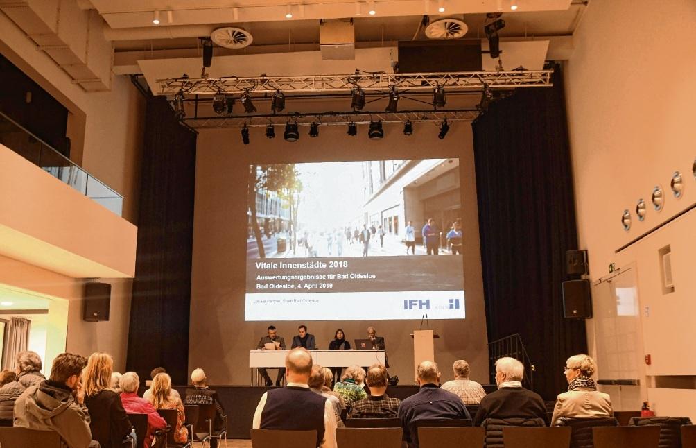 Präsentation im Kub-Saal: In Sachen Publikumsresonanz hatte sich Bürgermeister Jörg Lembke mehr versprochen. Nur wenige Vertreter aus Lokalpolitik, dem Kreis, der  Kaufleute und der Wirtschaftsvereinigung waren vor Ort. Niemeier