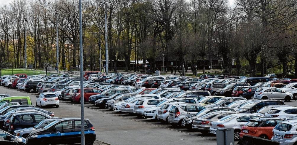 Kein Platz frei: Der zentrale, kostenlose Parkplatz auf dem Oldesloer Exer ist oft voll. Parkhäuser bieten zeitgleich freie PlätzeNie