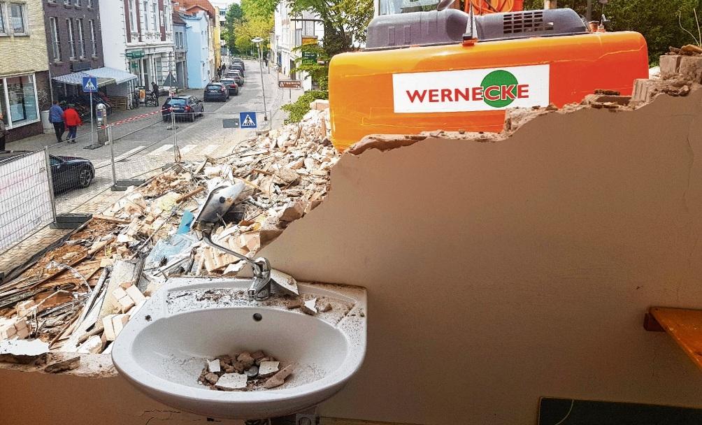 Ungewollter Ausblick in die Oldesloer Bahnhofstraße: Bei Abrissarbeiten  entstand großer Schaden am Bella-Donna-Haus.Nie