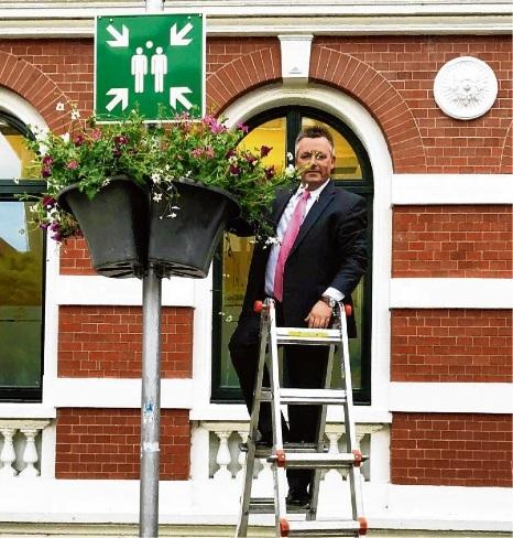 Bürgermeister Jörg Lembke hängte die erste Blumenampel persönlich auf. ST