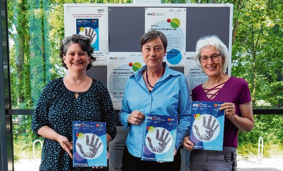 Stellten das neue VHS-Programm vor: (von links) Tracy Newton und Karin Linnemann von der Volkshochschule Bad Oldesloe sowie Gabi Stöver-Marx von der VHS Reinfeld. S. Rohde