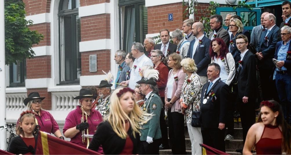 Die Honoratioren der Stadt vor dem Stadthaus.