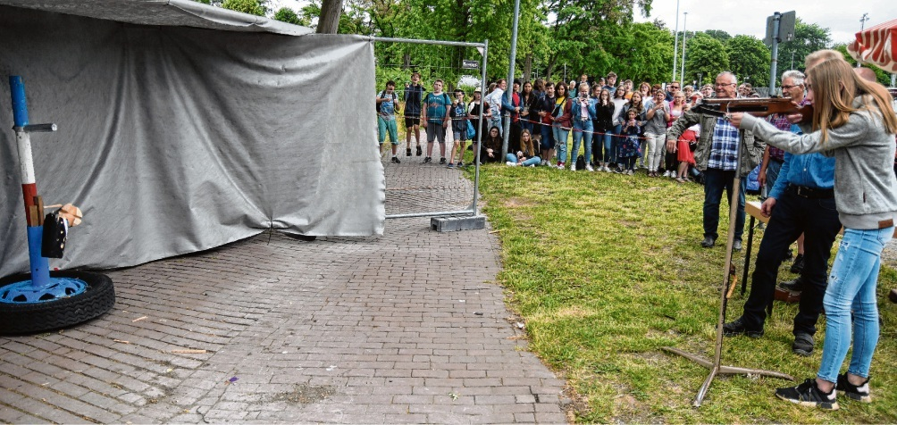 Helene Töllner von der Theodor-Mommsen-Schule zeigte sich überrascht, als sie den finalen Schuss auf den hölzernen Vogel setzen durfte.