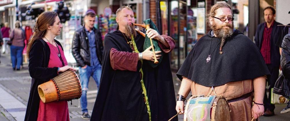 """Die verkaufsoffenen Sonntage müssen  stets an eine Veranstaltung gekoppelt sein. Mittelalterliche Musikanten zogen 2017 an einem verkaufsoffenen Sonntag mit dem Thema """"Hexendorf"""" durch die Oldesloer Innenstadt. Niemeier"""