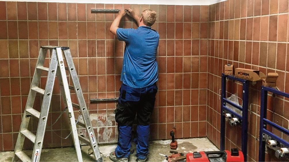 Vorbereitende Arbeiten im mittleren Waschraum der Heinrich-Vogler-Sporthalle.