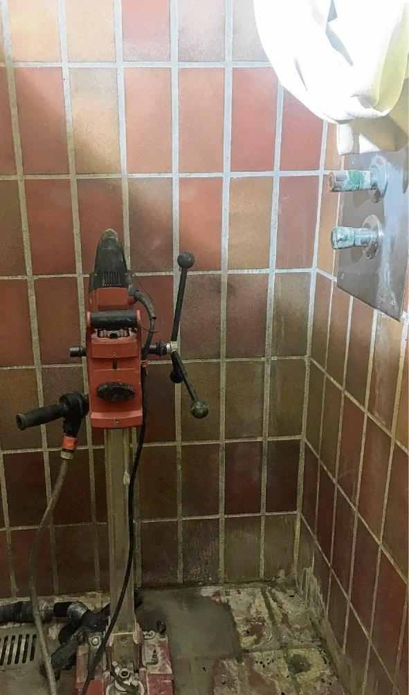 Ewig nicht benutzt: Die Lehrer-Dusche wird zum Technik-Raum.blase