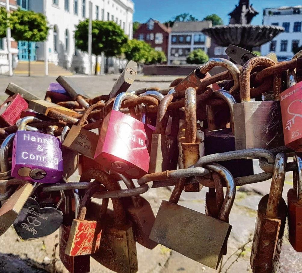 Noch am Marktplatz: Die Hochzeitsketten.Niemeier