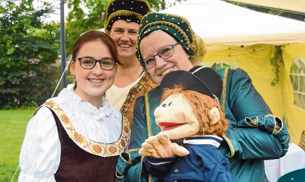 """Sorgten für Hingucker und warben für ihr  Stück: Schauspielerinnen der Theatergruppe """"Bad Oldesloe macht Theater"""". Nie"""