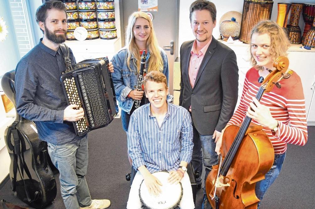 Der Oldesloer Musikschulchef Marian Henze  (Zweiter von rechts) mit den neuen Dozenten (von links): Till Marek Mannes,  Anna-Katharina Metz, Ole Ruge und  Sina Lützenkirchen. Niemeier