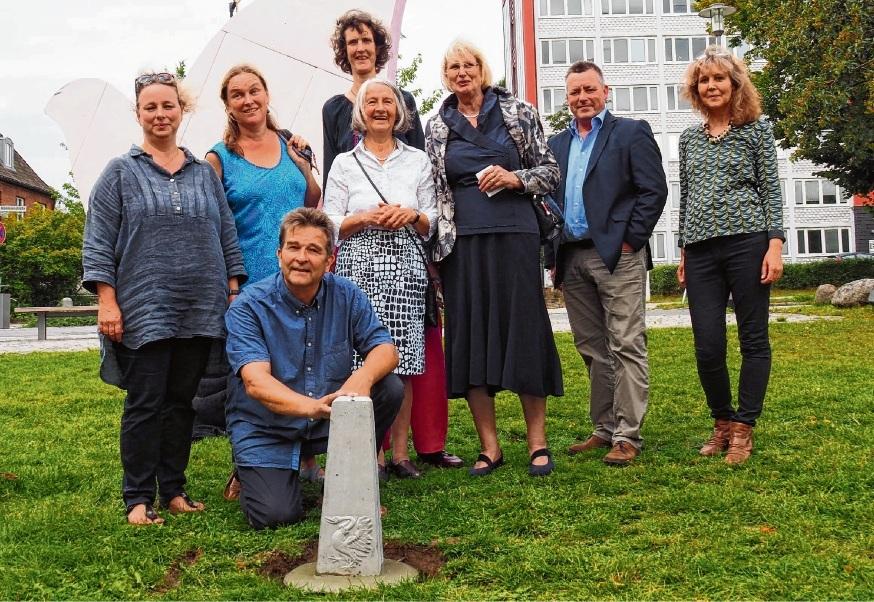Mitglieder der Stormarner Künstlerinitiative 9. November um den Ammersbeker Bildhauer Axel Richter (vorne knieend) stellten gestern den ersten von 55 Friedenssteinen auf dem Platz der Städtepartnerschaften vor dem Bahnhof auf. Susanne Rohde