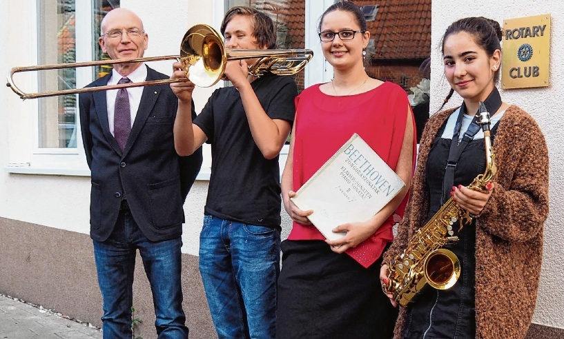 Rotary-Präsident Henning Bergmann  freut sich mit den jungen Oldesloer Musiktalenten Alexander Nickel (Posaune), Tabea Steglich (Klavier) und Marie Holst (Gesang, spielt auch Saxofon).  Rohde
