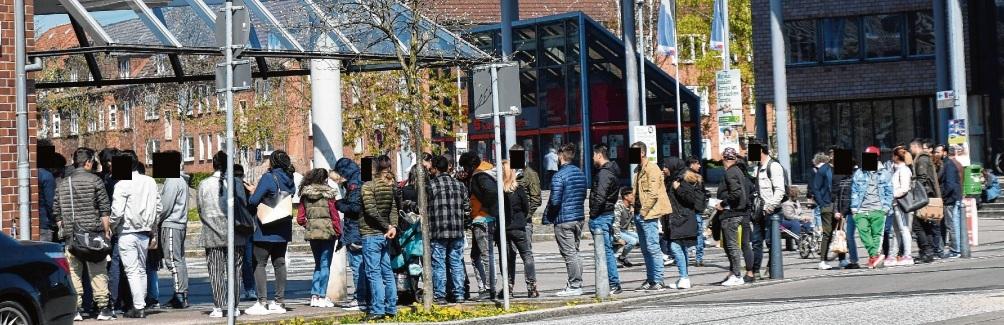 Monatelang bildeten sich lange Schlangen vor der Ausländerbehörde am Bahnhof. Niemeier