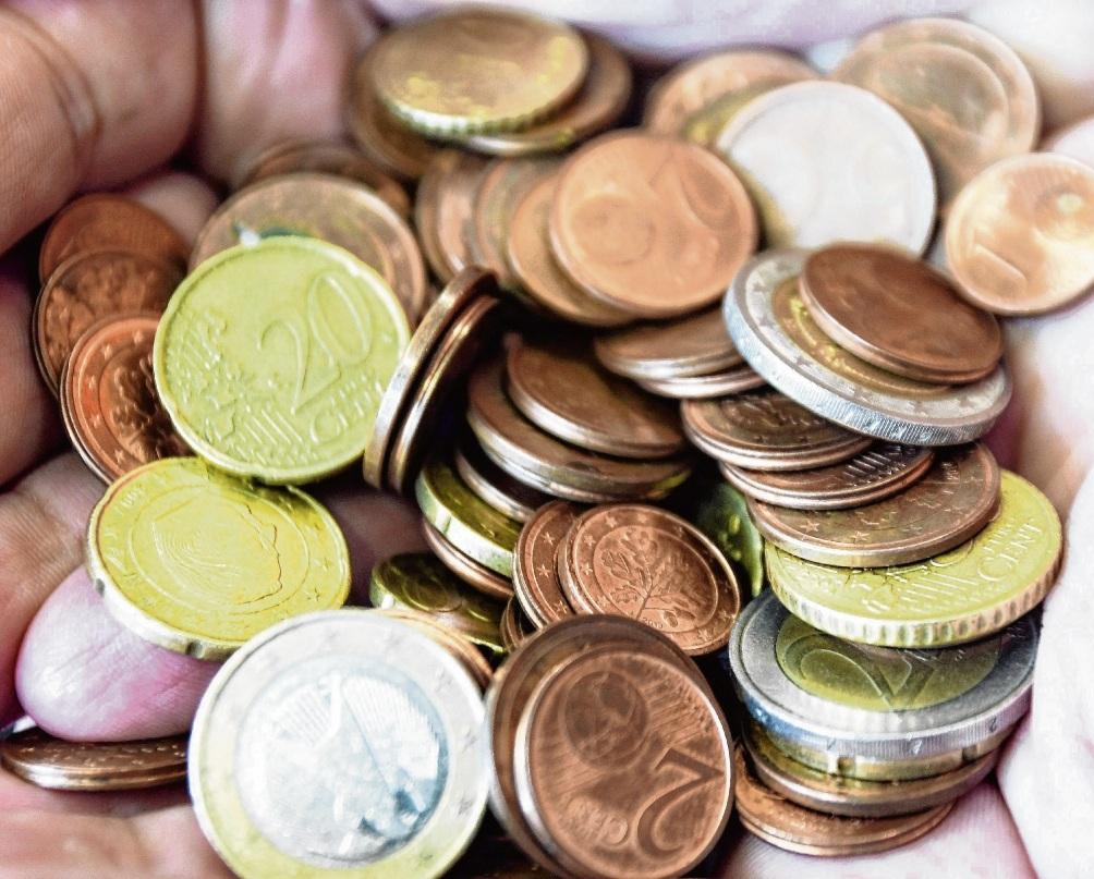 Schwere Last: Zu viel Kleingeld für das Ordnungsamt.NIe
