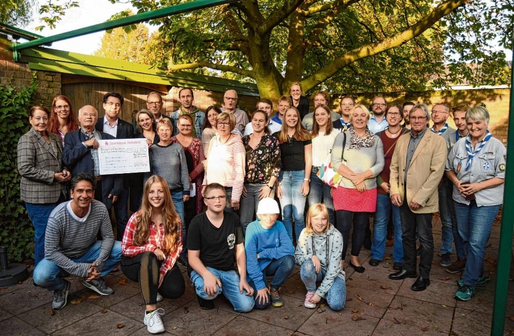 Gute Stimmung bei den Spendenempfängern: Rolf Rüdiger Reichardt (3.vl. mit Scheck) konnte den Empfängern gratulieren. Die Musiker  (knieend) freuten sich über das positive Ergebnis. Nie