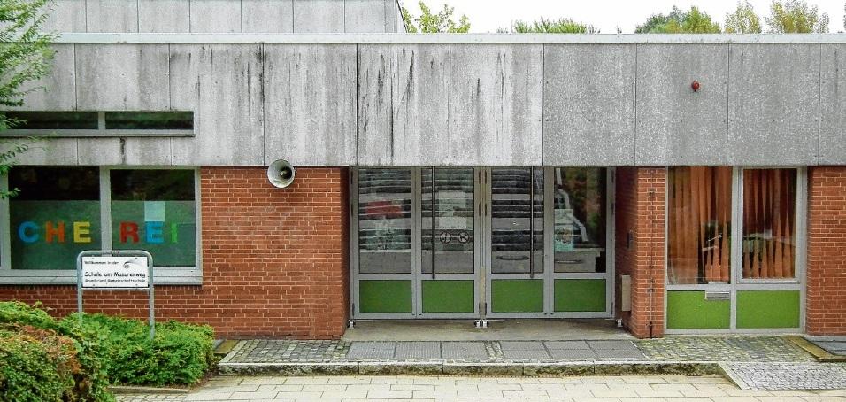 In der  Grund- und Gemeinschaftsschule am Masurenweg wird im kommenden Jahr auch mit  der Erneuerung der 45 Jahre alten  Klassenzimmertüren begonnen.Gusick